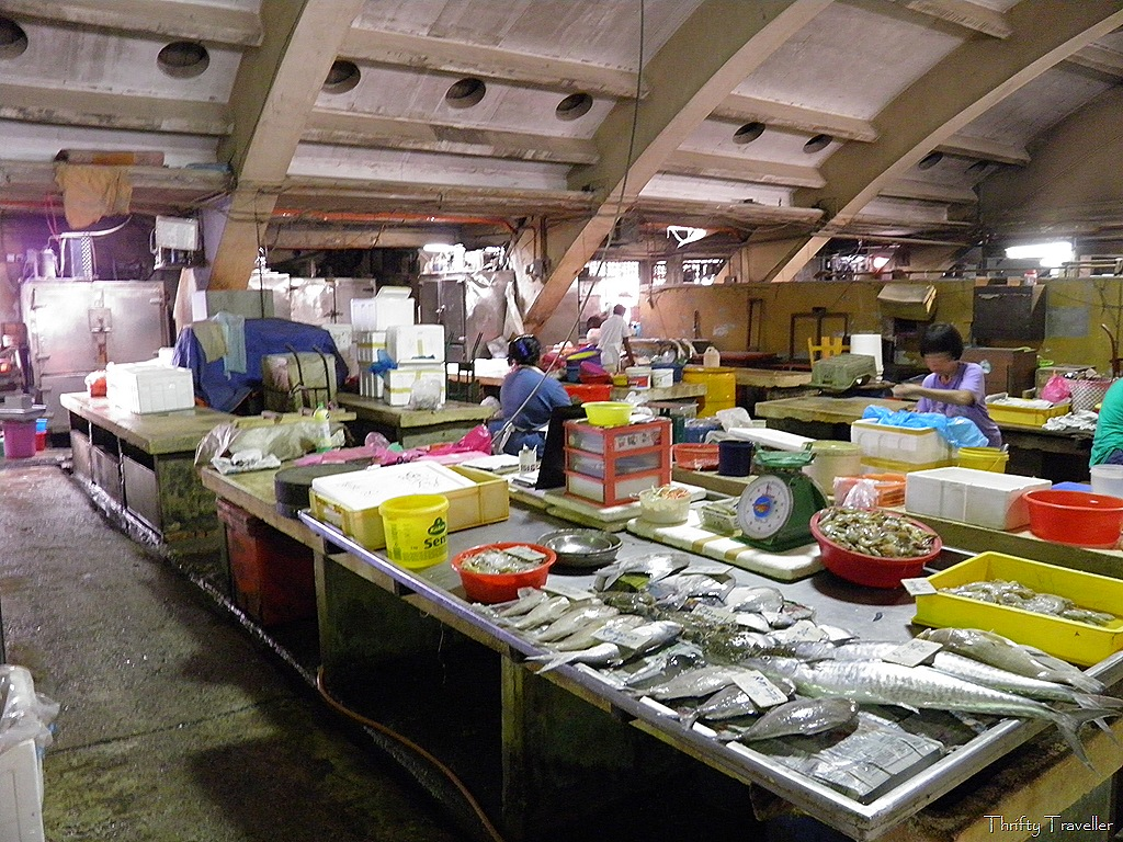 wet market Where can i find pig, chicken and fish not in the zoo, but try your neighbourhood wet market (湿巴杀) boon yee caught buying himself, i meant pork.