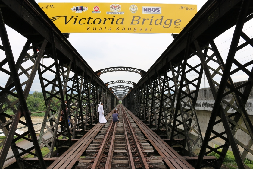Wedding photos at Victoria Bridge