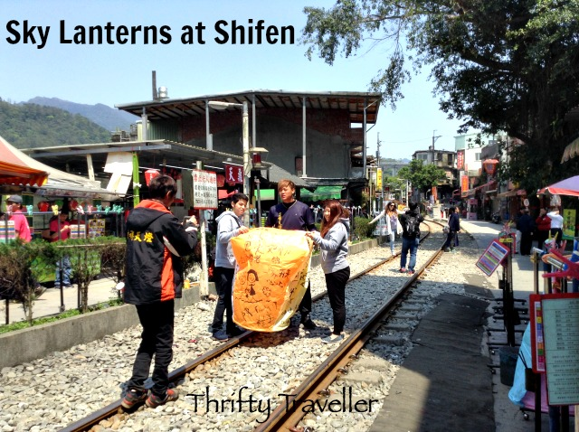Romantic couples like to release sky lanterns at Shifen.